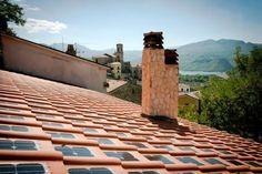 Células fotovoltaicas integradas às telhas de cerâmica: invenção das empresas italianas Area Industrie Ceramiche e REM, que une tradição à inovação. Fotos: Facebook/Reprodução/Tegola Solare