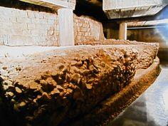 Contrafuertes de opus caementicium para sostener el anfiteatro romano. Cripta arqueológica de la Calle Cascarías.