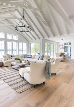 See Haus blau und weiß Wohnzimmer Dekor – Lake house blue and white living room decor – Decor Home Living Room, Coastal Living Rooms, Living Room Designs, Living Room Decor High Ceilings, Beach Living Room, Living Room Flooring, Coastal Cottage, Kitchen Living, Windows In Living Room
