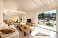 Das moderne Luxus Ferienhaus Finca Es Lligats im Osten Mallorcas bei San Llorenc erfüllt allerhöchste Ansprüche. Sie werden aus dem Staunen nicht mehr heraus kommen. Die moderne Poolfinca auf Mallorca bietet Platz für bis zu 6 Personen – drei Doppelschlafzimmer, ein hochwertig eingerichteter Wohn-Essbereich mit offener Küche und Kochinsel sind nur einige Annehmlichkeiten des Luxus Ferienhaus.