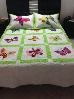 Colchas Quilting, Quilting Projects, Quilting Designs, Baby Girl Quilts, Girls Quilts, Bed Sheet Painting Design, Designer Bed Sheets, Butterfly Quilt, Bed Covers