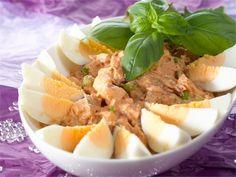 Tonnikalasalaatti on perinteinen espanjalainen tapas.
