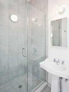einzimmerwohnung minimalistisches Bad in Weiß und Hellgrau