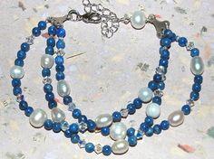 Lapis Lazuli armband med sötvattenpärlor. Armband, justerbart 19 - 21 cm, 3 rader. Lapis Lazuli halvädelstenar, Swarovski crystal pärlor och sötvattenpärlor.