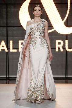 Ralph and Russo Spring Summer 2019 Haute Couture fashion show at Paris Couture Week (January Indian Designer Outfits, Designer Dresses, Runway Fashion, Fashion Show, Live Fashion, Fashion News, Couture Dresses, Fashion Dresses, Night Gown Dress