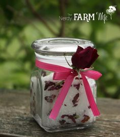 Here are ten lovely, all-natural, and skin soothing DIY bath and beauty recipes that you can make using rose petals from your garden. Diy Beauty Oil, Homemade Body Lotion, Homemade Soap Recipes, Herb Recipes, How To Make Rose, Rose Cocktail, Wedding Cake Roses, Lemon Balm, Beauty Recipe