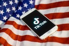 TikTok em guerra com Trump (Foto: Getty)  O Departamento de Comércio dos Estados Unidos anuncia nesta sexta-feira (18) a proibição de dois apps populares geridos por empresas chinesas: o aplicativo de mensagens WeChat e a rede de compartilhamento de vídeos TikTok. Com a decisão, ambos os serviços ficam barrados de realizar transações em solo estadunidense, fazer transferência de fundos, e, claro, passam a ter acesso restrito a u