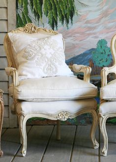 An excellent Louis XV vintage armchair! Cottage Furniture, Luxury Furniture, Furniture Decor, Vintage Country, French Country, Upholstered Arm Chair, Stylish Home Decor, Take A Seat, Room Chairs