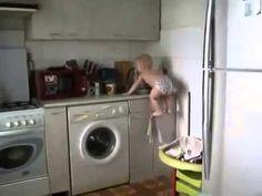 Смешной малыш научился забираться на мойку и там купаться=))))