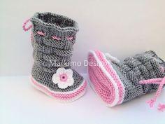Babyschuhe Krabbelschuhe Babystiefel Grau Rosa Weiß Rose by markimodesign, Die Babyschuhe Krabbelschuhe Babystiefel sind ohne Nähte gestrickt und gehäkelt mit Häkelblume und ...