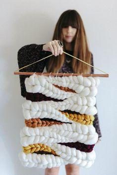 海外で人気を集めたウィービング。ウィービングは手織りのタペストリーのことです。手織りなんて難しい!と思っているかもしれませんが、実は身近な物を使って行うことができます!手軽にオシャレなウィービングタペストリーを作ってみましょう。