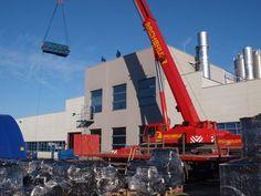 Autokran von www.rachbauer.at aus Salzburg  beim Verheben mit einem Autokran mit 220 Tonnen Hubkraft beim Gummiwerk in Kraiburg