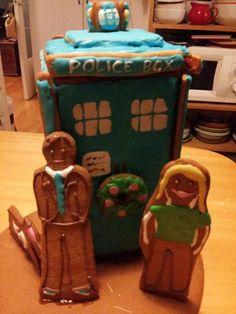 Pipari-Tardiksesta ei tullut ehkä täydellisin mahdollinen, mutta fiilistä on mukana sitäkin enemmän! Lempitohtori (kymmenes, tietysti), Rose ja K-9 täydentävät asetelman. :). - by Anna -- Piparkakkutalo, Joulu, Gingerbread house, Christmas