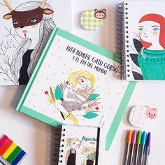 """Esta ilustradora nos encanta. Su estilo tan característico y tan """"limpio"""" es muy reconocible y gusta a casi todos 😊 Tenemos su agenda, cuadernitos de varios tamaños, calendarios y como no podía ser de otra forma, su nuevo libro. Una historia en la que conoceremos a una niña muy guapa y a un gato que come de todo.  PVP: 14.96€ el libro."""