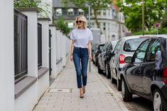 Details lisarvd.com | Lisa Hahnbück wearing Céline Aviator Sunglasses, High Waist Levi´s Wedgie Jeans, White Logo t-Shirt by Levi´s, Christian Louboutin Lace High Heels 120mm