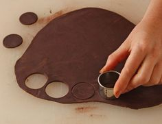 This photo tutorial will give you step-by-step instructions showing how to make chocolate roses. On this page we cover kneading your chocolate plastic.: Cut Circles Out of the Chocolate Plastic Chocolate Fondant, Chocolate Art, Chocolate Gifts, How To Make Chocolate, Chocolate Pastry, Fondant Flower Cake, Fondant Bow, Fondant Cakes, Marshmallow Fondant
