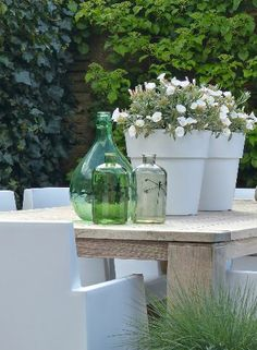 Garden table details Love the green vases and white chairs Garden Table, Terrace Garden, Garden Pots, Garden Chairs, Glass Garden, Pot Jardin, Garden Deco, Green Vase, White Gardens