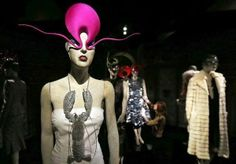 The Style Examiner: 'Isabella Blow: Fashion Galore!': A passionate life nurturing British eccentricity and sartorial talent Lobster Costume, Isabella Blow, Latest Fashion, Fashion Beauty, Daphne Guinness, British Style, British Fashion, Diana Vreeland, Armadillo