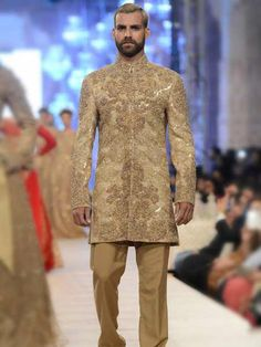 Magnificent Embroidered Sherwani Designs 2018 Guy's here we are sharing some magnificent Sherwani designs that's most trending in Wedding sherwani Wedding Looks, Wedding Wear, Wedding Suits, Sherwani Groom, Wedding Sherwani, Gents Kurta Design, Indian Fashion, Mens Fashion, Indian Party Wear