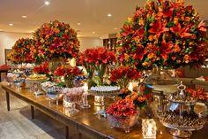 mesa de bolo de casamento revestida com folhagens e flores - Pesquisa Google