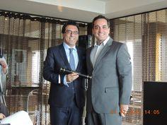 Wander Ferreira Junior - recebendo o diploma de conclusão do MBA Gestão de Eventos e Cerimoniais de Luxo e o reitor Roberto Miranda .  Mario Ameni