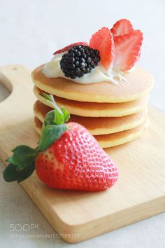 Pic: Delicious pancakes with strawberry