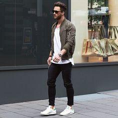 Acheter la tenue sur Lookastic: https://lookastic.fr/mode-homme/tenues/blouson-aviateur-olive-t-shirt-a-col-rond-blanc-jean-noir/18233 — Blouson aviateur olive — T-shirt à col rond blanc — Jean noir — Baskets basses blanches