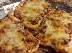 Pizza Burgers A great old school lunch favorite we all just love around our house. If your afraid of using luncheon meat just replace with more hamburger or small cubed pepperoni. Great all ways! Spam Recipes, Cooking Recipes, Beef Recipes, Easy Recipes, Hamburger Recipes, Recipies, Cooking Ham, Hamburger Buns, Batch Cooking