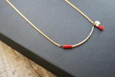 Colliers, Collier fin Léonie, tubes or et pompon. est une création orginale de TheBlossomBohemian sur DaWanda