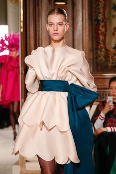 The complete Valentino Spring 2018 Couture fashion show now on Vogue Runway. Source by golnazhashemi fashion dresses Haute Couture Style, Couture Mode, Couture Fashion, Runway Fashion, Fashion Trends, Juicy Couture, Only Fashion, High Fashion, Luxury Fashion