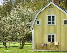 This just looks like home Swedish Cottage, Swedish House, Cozy Cottage, Cottage Homes, Country Farm, Country Life, Beautiful Buildings, Beautiful Places, Sweden
