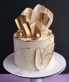 Creative wedding cake inspiration for Brides Boutique Buckingham. Elegant Birthday Cakes, Cute Birthday Cakes, Beautiful Birthday Cakes, Beautiful Cakes, Amazing Cakes, Cake Decorating Designs, Cake Decorating Videos, Birthday Cake Decorating, Cake Decorating Techniques