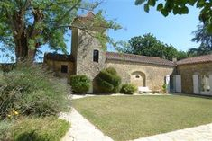 Close to the beautiful Valley Vineyards Prayssac sector on the heights and with point of view full South - wide property on courtyard surrounded by. French Property, Greenhouse Gases, Property Listing, Acre, In The Heights, Terrace, Swimming Pools, Houses, Gardens