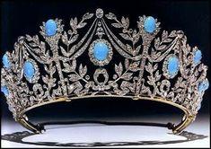 私がこのブログで作った最初の地位の一人は、コーンウォールの青緑色のデミ-装身具一揃いの公爵夫人の上にいました。当時、私は英国王室の他の青緑色の装身具一揃いにカバーすると約束しました – マーガレット王女のものとグロスターのターコイズの公爵夫人は、固まります。それで、今日、それはペルシャの装身具一揃いのターンです。彼女がただの赤ちゃんであったとき、青緑色の宝石のマーガレット王女収集は始まりました。小さいヨーク妃殿下は、ターコイズと真珠のビーズの列を与えられました – 彼女の姉妹の珊瑚と真珠のビーズへの姉妹篇。彼女の母が彼女に青緑色の宝石の素晴らしい装身具一揃いを与えたときマーガレットが成年に達したとき、彼女のコレクションに最も重要な追加は起こりました、彼女の21回目の誕生日に。最初の装身具一揃いは、ティアラ、ネックレス、マッチするペンダント・イヤリング、大きなスクエアなブローチといくつかの髪部分から成りました。