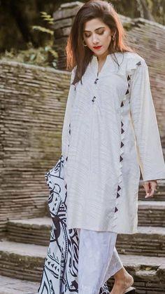 Pakistani White Dress, Pakistani Dresses Shalwar Kameez, Beautiful Pakistani Dresses, Pakistani Formal Dresses, Pakistani Fashion Casual, Pakistani Dress Design, Pakistani Suits, Salwar Suits, Simple Kurta Designs
