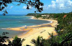 Trancoso - BA: as praias são de areias brancas e piscinas naturais criadas por recifes de corais. Já a vila tem casas de barro colorido que dão clima boêmio ao destino que antes era rústico.