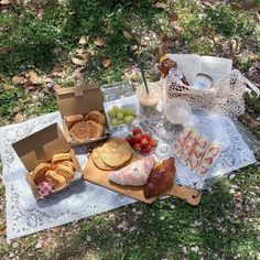 Find images and videos about cute, vintage and food on We Heart It - the app to get lost in what you love. Picnic Date, Summer Picnic, Summer Bucket, Cute Food, Yummy Food, Comida Picnic, Aesthetic Food, Korean Aesthetic, Summer Aesthetic