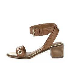 Stijltips: hoe combineer je deze cognackleurige sandalen van P.I.U.R.E.?