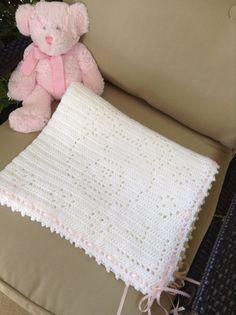 ESTA MANTA DE BEBÉ BONITA ES LISTA PARA ENVIAR! TAN BONITA EN PERSONA!!!  Una de las combinaciones más dulces que conozco es osos de peluche y los bebés. Este pequeño afgano de oso de peluche es adorable. ¡Hecho con una niña en mente! Fue creado utilizando una puntada de crochet filet. Fue acabada con un ribete de puntilla bonita. He hecho en un hilo de bebé bonita calidad blanco pompadour. (que es un hilo ligero con un brillante hilo ejecuta a través de él. Un poco más caro pero un producto…