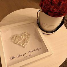 Der 30. Hochzeitstag nennt sich die Perlenhochzeit. Daher einfach das Zeichen der Liebe mit Bastel Perlen beklebt und in einen tiefen Bilderrahmen gehängt. Container, Wedding Day Gifts, Wedding Ideas, Money, Beads, Amor, Simple