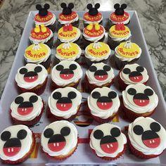 Cupcakes sabor vainilla, rellenos con dulce de leche y otros de chocolate rellenos también. Toppers de Mickey Mouse para el primer cumpleaños de Bautista.                                                                                                                                                     Más