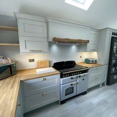 A new kitchen installation. Worktops finished with OSMO Top Oil.  Project by: @distinctkitchens (IG)