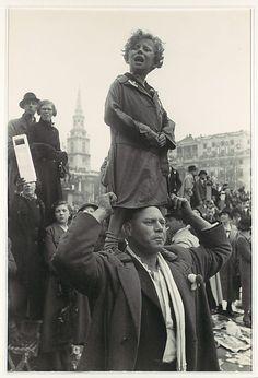 Coronation of King George VI, Trafalgar Square, London, 1937 (Henri Cartier-Bresson). Henri Cartier Bresson, Candid Photography, Vintage Photography, Street Photography, Museum Photography, Old Pictures, Old Photos, Vintage Photos, George Vi