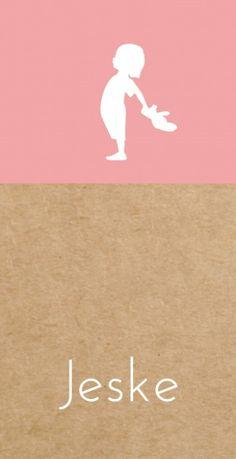 Uniek modern langwerpig geboortekaartje met een vintage roze vlak op een kraft karton look achtergrond en een wit vintage silhouetje van een stoer meisje dat haar knuffel vasthoud.