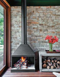 Moldado na obra, o aparador de concreto se alinha com a lareira (Chauffage). Na cozinha, azulejos de 15 x 15 cm (Antigua) colorem o frontão da pia. Armários de cumaru feitos pela Marcenaria Vale Florido.