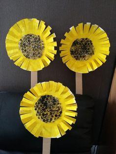 Les enfants que je garde ont réalisé de jolis tournesols. Peindre une assiette en jaune pour les petits ainsi que du papier bulle qu'ils ont peints en noir. Quand tout fut sec j'ai déco…
