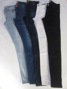 Deze stretch jeans van Only zit lekker comfortabel en heeft een hogere  taille. De jeans 8c32536f018