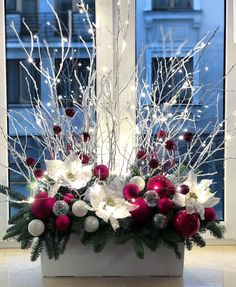 Christmas Flower Arrangements, Christmas Flowers, Noel Christmas, Simple Christmas, Christmas Wreaths, Country Christmas Decorations, Christmas Centerpieces, Xmas Decorations, Xmas Crafts