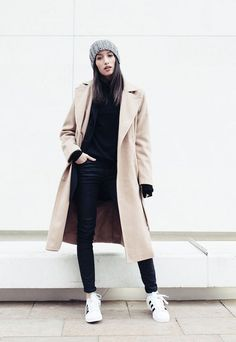 See the week's most inspiring fall / winter outfit ideas, from cute denim on denim layers to military color ensembles. Get the looks here! Athleisure, Mode Outfits, Casual Outfits, Capsule Wardrobe, Black Coated Skinny Jeans, Look Office, Black Turtleneck, Lookbook, Casual Street Style