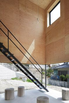 House in Miyake is a minimalist house located in Hiroshima, Japan, designed by Hidetaka Nakahara Architects + Yoshio Ohno Architects. The site is divided by a retaining wall caused by construction for the purpose of selling the land. Timber Architecture, Japanese Architecture, Architecture Details, Staircase Railings, Stairways, Tadelakt, Timber House, Architect House, Japanese House